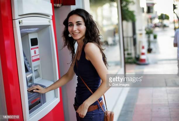 Utilisant un distributeur automatique de billets