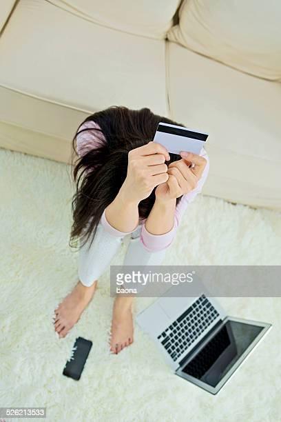 Mit einer Kreditkarte für online-shopping