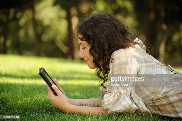 Nutzung digitalen tablet in der Natur