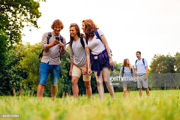 GPS-Verwendung auf Smartphone im die Erkundung von Natur