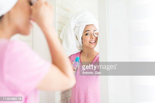 Using Latest Beauty Product : Stock Photo