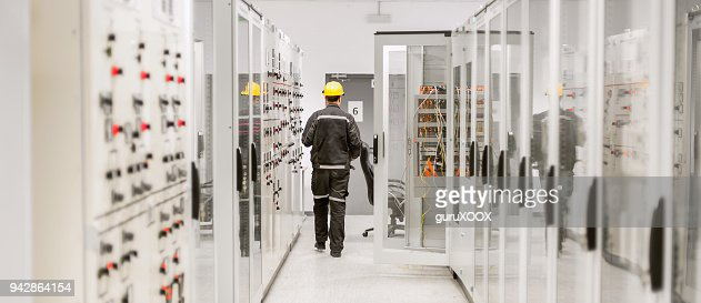 Using protective relay and medium voltage switchgear. Engineering department : Foto stock