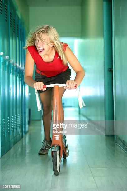 Con Scooter lungo corridoio di scuola