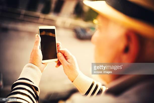 Usando teléfono inteligente