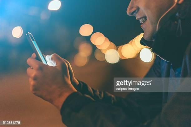 À l'aide de téléphone intelligent