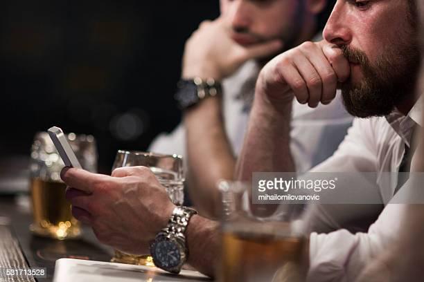 À l'aide de smartphone en bar
