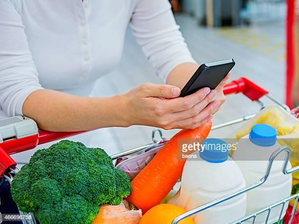 Mit smartphone im Supermarkt