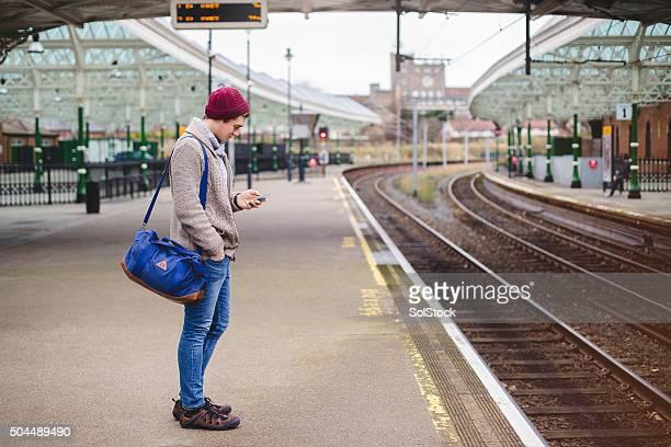 À l'aide de Smartphone en attendant le Train