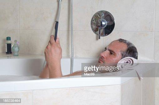 Mann badewanne stock fotos und bilder getty images for Tablett badewanne