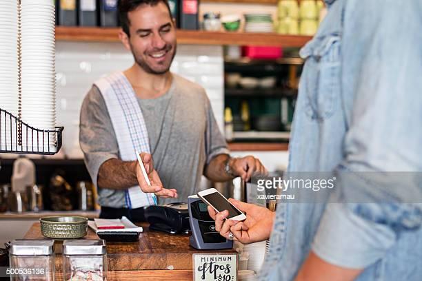 非接触式携帯電話を使用してのお支払いには、食堂