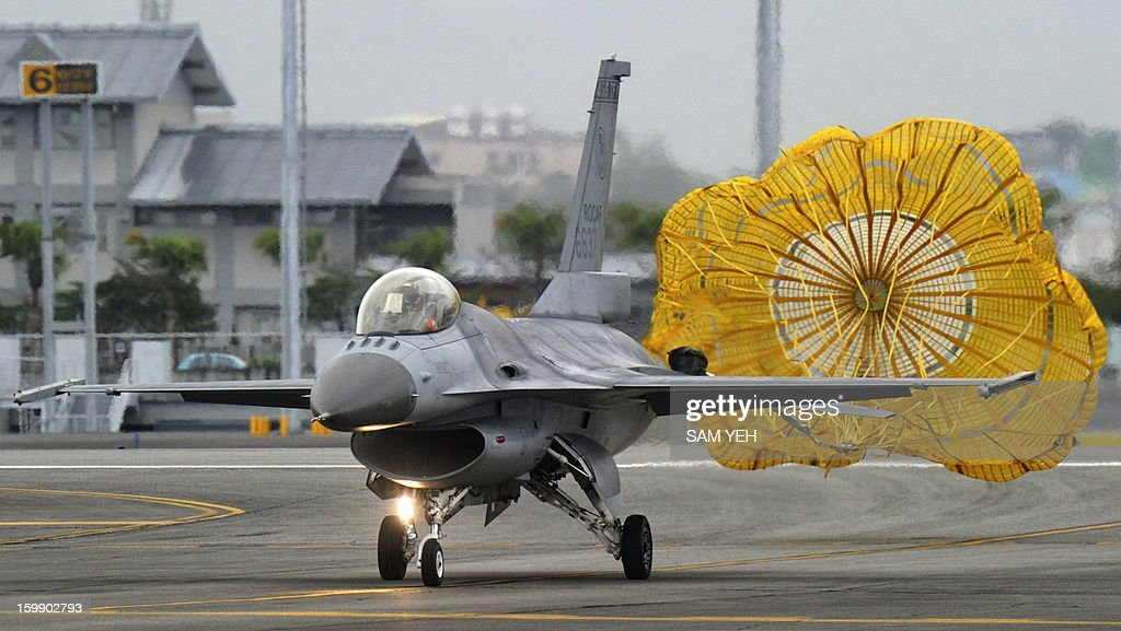 A US-made F-16 fighter lands on the run way at the eastern Hualien air force base on January 23, 2013. The Taiwan air force demonstrated their combat skills at the Hualien air base during an annual training before the coming lunar new year. AFP PHOTO / Sam Yeh