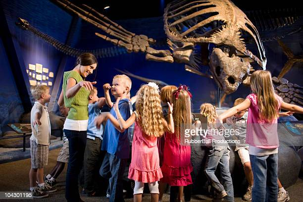 EUA, Utah, Lehi, professor com crianças (4-9) em museu