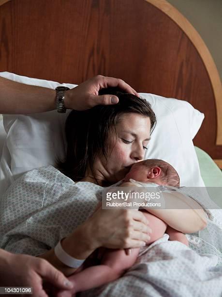 Mère embrassant Bébés garçons (0-1
