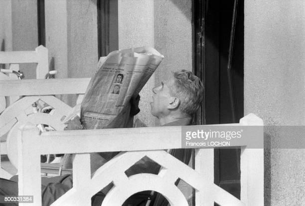 Vacancier lisant un quotidien sur la plage en juillet 1975 à Deauville France