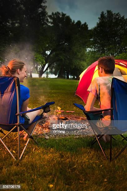 Urlaub Camper Gebratene Hotdogs in offene Feuerstelle, Vt