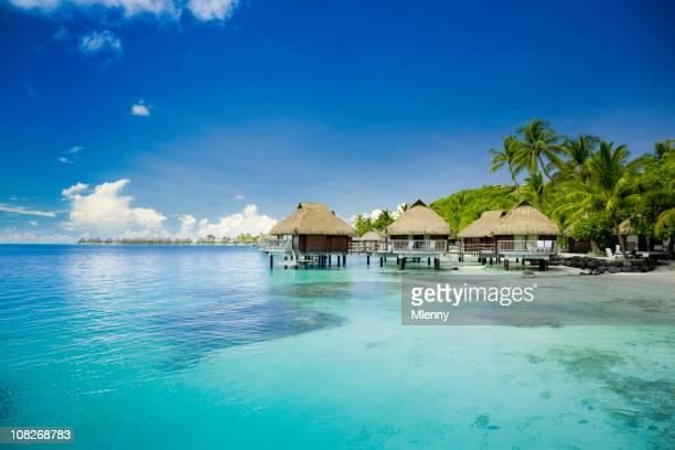 Cidade Huts no oceano na Polinésia Francesa
