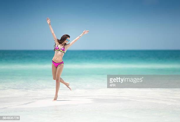 Urlaub im Paradies-Frau im Bikini, tropischen weißen Strand-Bank