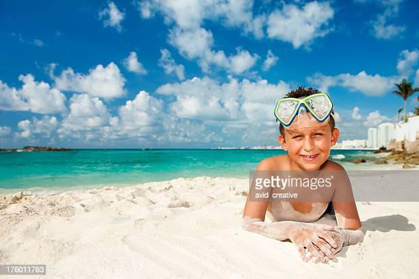 Urlaubsgefühl-süße Junge am Strand