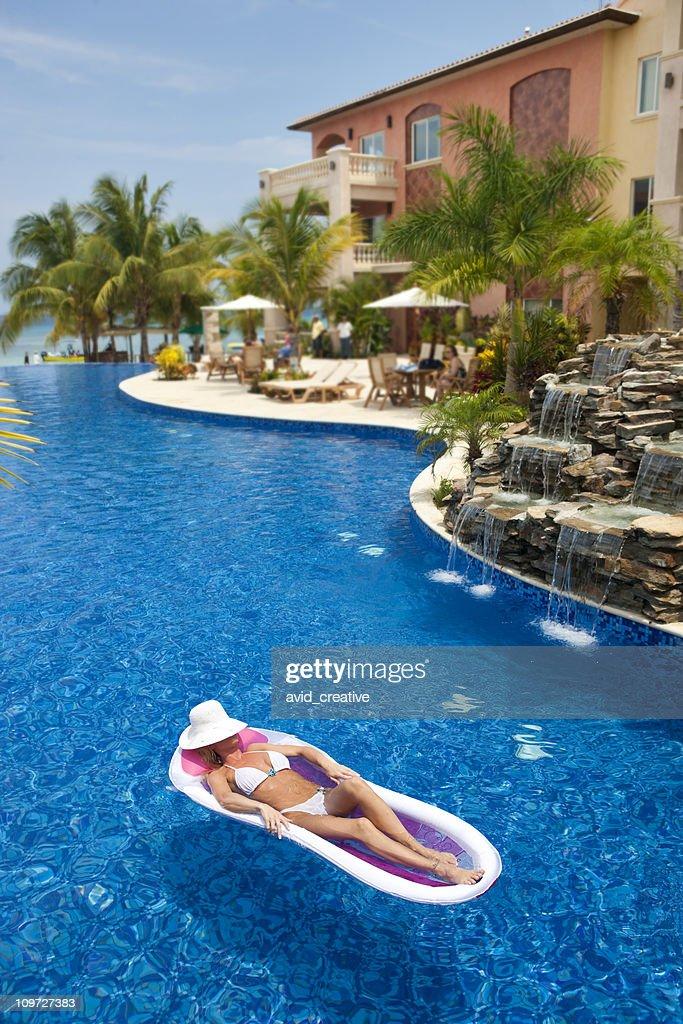 Stili di vita di vacanzedonna galleggianti in piscina del for Cuscini galleggianti piscina