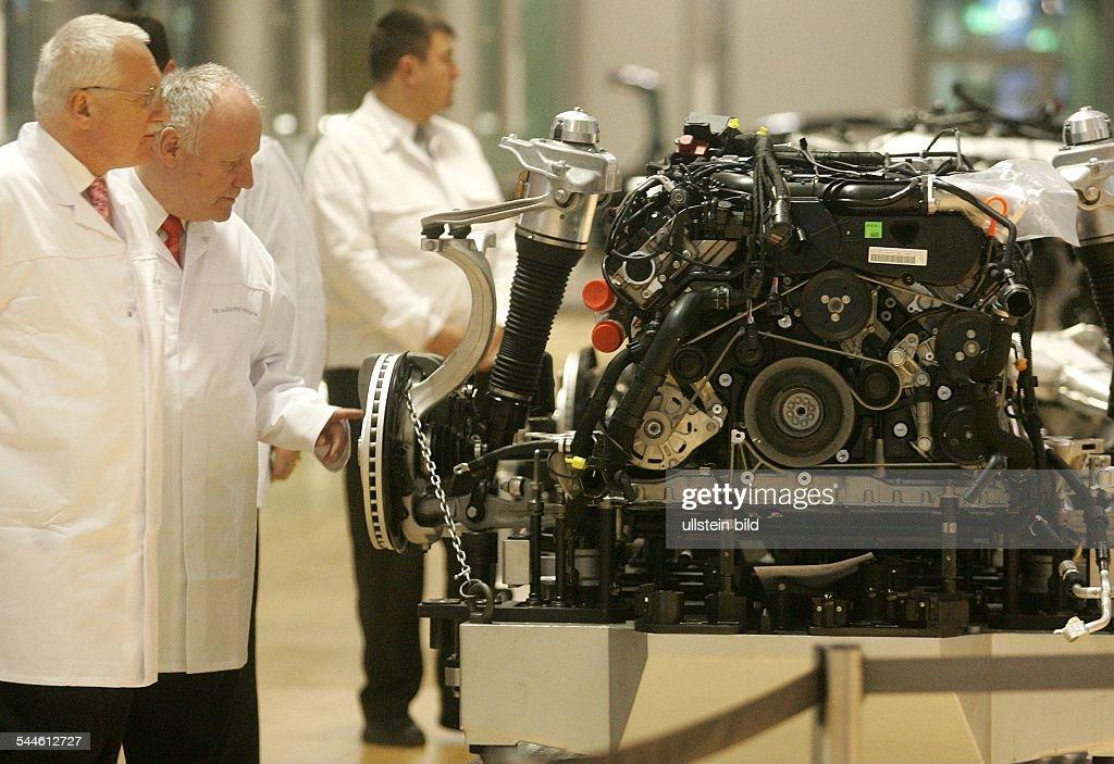 Vaclav Klaus Politiker Tschechien Praesident der Tschechischen Republik Besuch der 'Glaesernen Manufaktur' von VW in Dresden betrachtet mit dem...