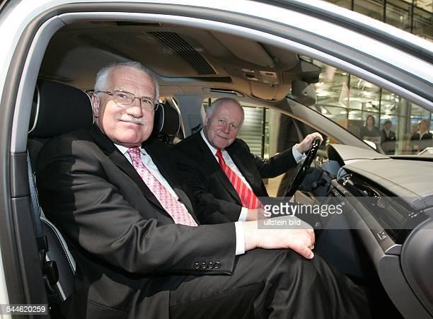 Vaclav Klaus Politiker Tschechien Praesident der Tschechischen Republik Besuch der 'Glaesernen Manufaktur' von VW in Dresden mit dem saechsischen...