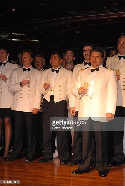 Vadym Grytsyuk Besatzung vom Kreuzfahrtschiff MS 'Astoria' Luxusliner Schiff Gruppe Team Crew unter Deck SektEmpfang Alkohol Champagner Glas Uniform...