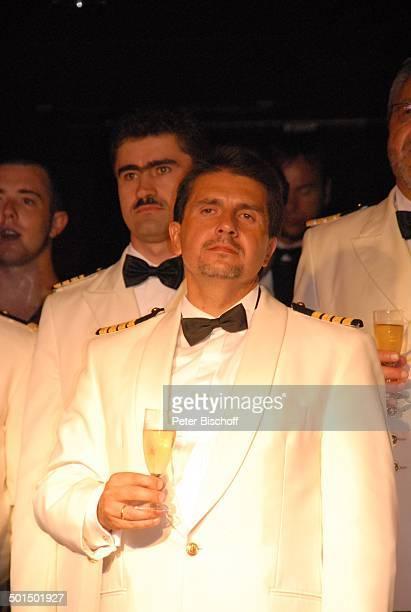 Vadym Grytsyuk Kreuzfahrtschiff MS 'Astoria' Luxusliner Schiff unter Deck SektEmpfang Alkohol Champagner Glas Uniform Promi AS DIG PNr 604/2008