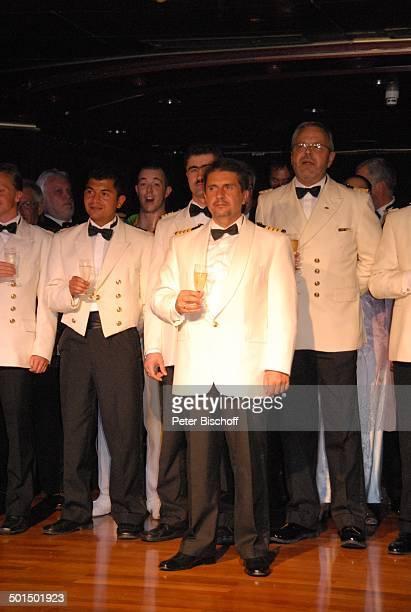 Vadym Grytsyuk Larry Jackson Besatzung der vom Kreuzfahrtschiff MS 'Astoria' Luxusliner Schiff Gruppe Team Crew unter Deck SektEmpfang Alkohol...