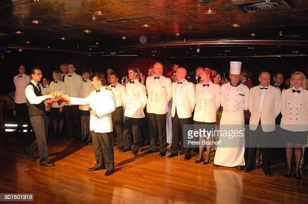 Vadym Grytsyuk Larry Jackson Besatzung vom Kreuzfahrtschiff MS 'Astoria' Luxusliner Schiff Gruppe Team Crew unter Deck SektEmpfang Alkohol Uniform...