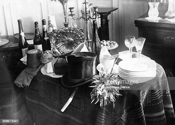 Vaisselle verres en cristal bouteilles de vin et un chapeau hautdeforme posés sur une table