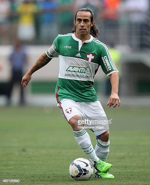 Valdivia of Palmeiras moves with the ball during the match between Palmeiras and Atletico PR for the Brazilian Series A 2014 at Allianz Parque on...