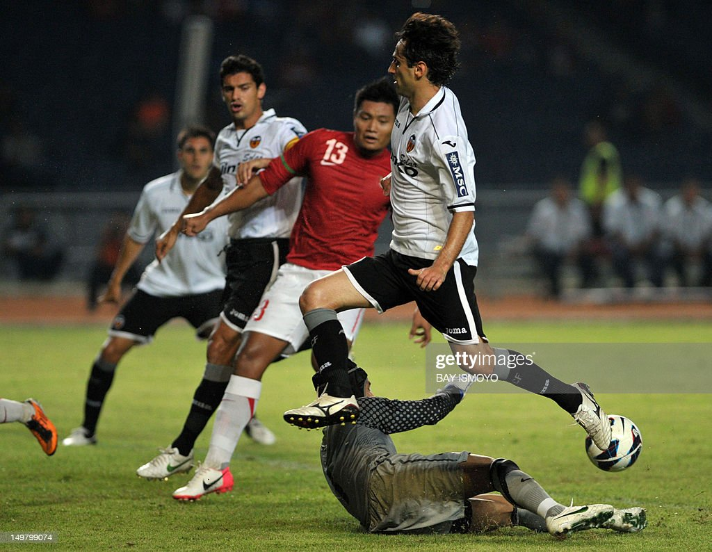 Valencia CF's Jonas Goncalves (R) plows past Indonesian players during a friendly football match between Spain's Valencia CF and Indonesia at the Bung Karno stadium in Jakarta on August 4, 2012. AFP PHOTO / Bay ISMOYO