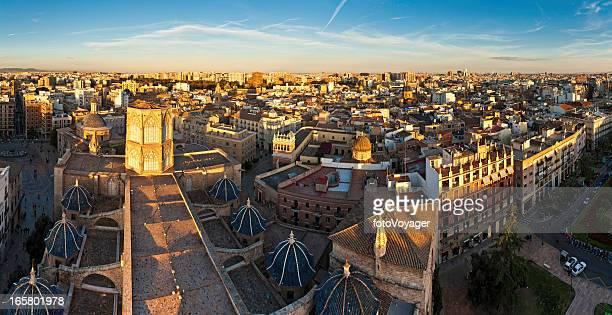 Goldene Stadt bei Sonnenuntergang panorama von Valencia, Spanien