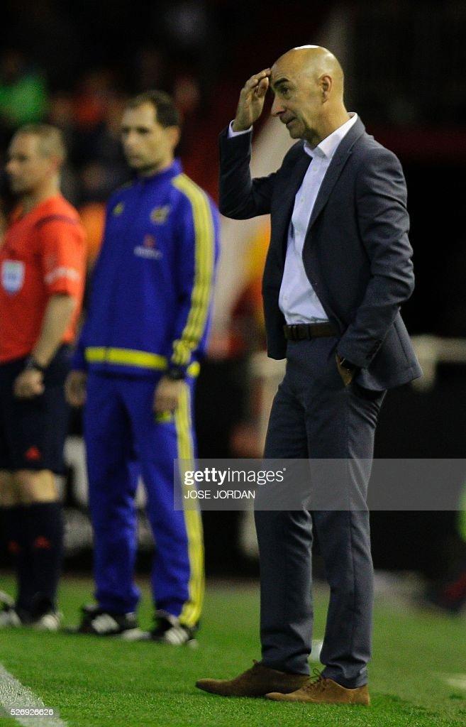 Valencia's coach Pako Ayestaran gestures on the sideline during the Spanish league football match Valencia CF vs Villarreal CF at the Mestalla stadium in Valencia on May 1, 2016. / AFP / JOSE