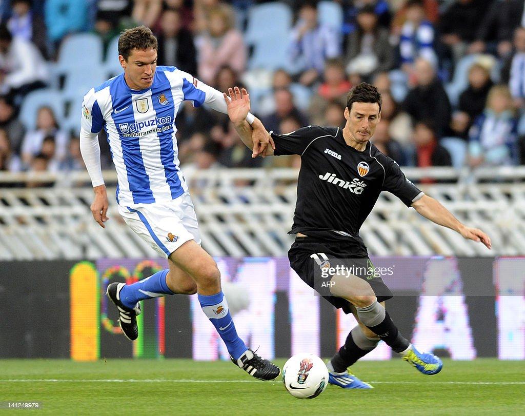 Valencia s forward Aritz Aduriz R vies
