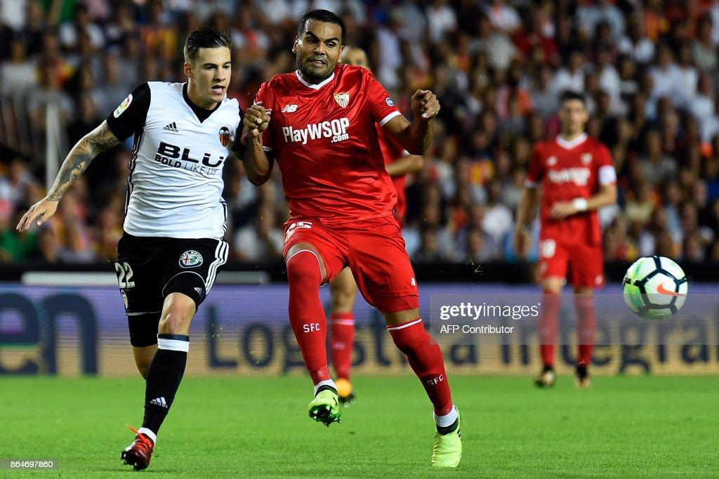 Valencia's forward Santi Mina (L) challenges Sevilla's Argentinian defender Gabriel Mercado during the Spanish league football match Valencia CF vs Sevilla FC at the Mestalla stadium in Valencia on October 21, 2017. /