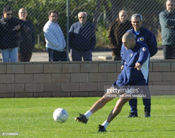 Valencia's player Diego Alonso of Uruguay shoots the ball in front of his coach Hector Cuper of Argentina 19 January 2001 in Valencia during a...