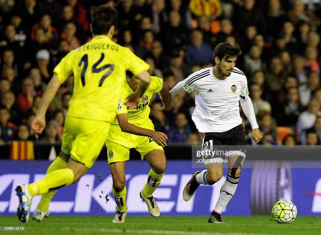 Valencia's Portuguese midfielder Andre Gomes controls the ball during the Spanish league football match Valencia CF vs Villarreal CF at the Mestalla stadium in Valencia on May 1, 2016. / AFP / JOSE