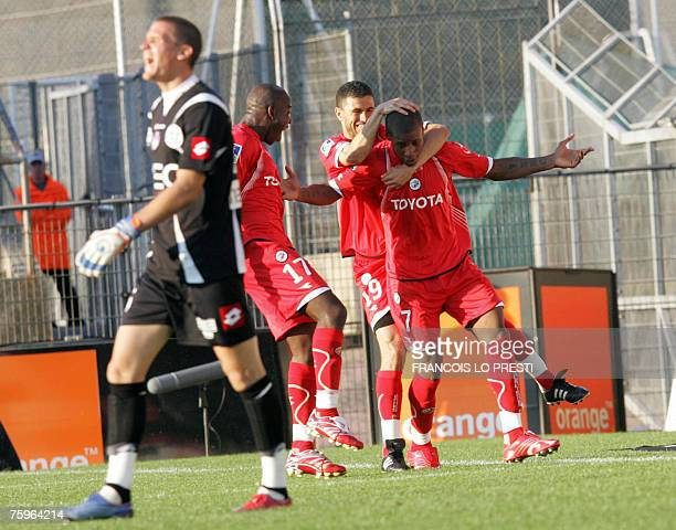 Valenciennes's forward Johan Audel is congratulated by teammates after scoring against Toulouse during their French L1 football match 04 August 2007...