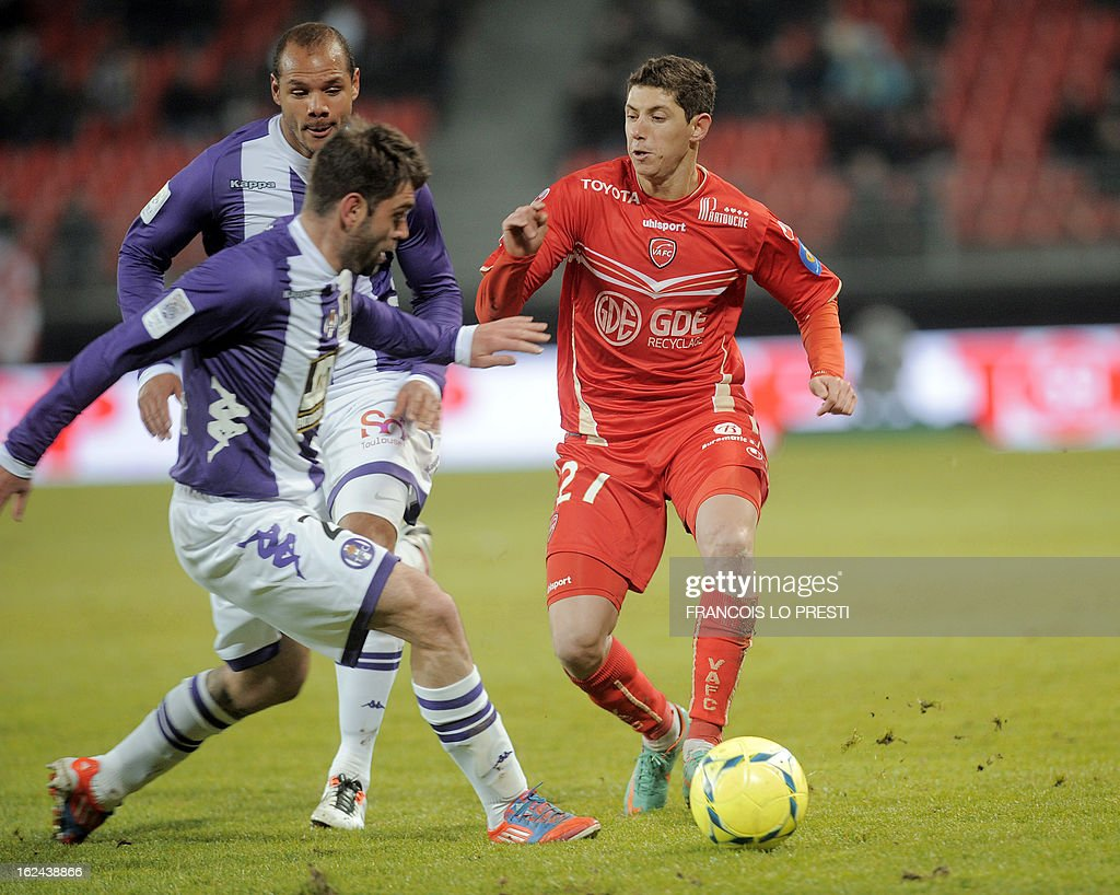 Valenciennes's player Melikson (R) vies with Toulouse's Serbian defender Pavle Ninkov during their French L1 football match at the 'stade du hainaut' in Valenciennes on February 23 2013.