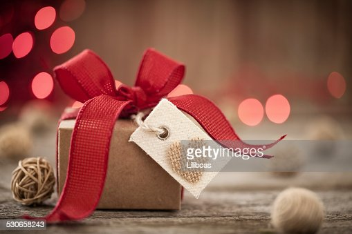 バレンタインデーのギフト、バーラップギフトタグ、赤いリボン、木製のテーブル : ストックフォト