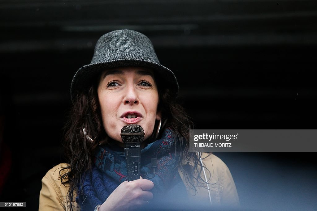 Valerie Murat, daughter of late French wine producer James-Bernard Murat deceased in 2012 after a cancer suspected to be linked to pesticides use, speaks on February 14, 2016 in Bordeaux, southwestern France, during a demonstration against pesticides and GMOs (genetically modified organisms). / AFP / Thibaud MORITZ