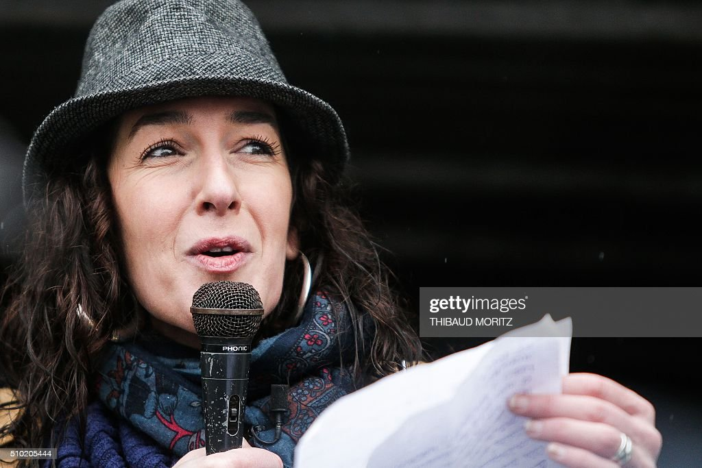 Valerie Murat, daughter of late French wine producer James-Bernard Murat deceased in 2012 after a cancer suspected to be linked to pesticides use, delivers a speech, on February 14, 2016 in Bordeaux, southwestern France, during a demonstration against pesticides and GMOs (genetically modified organisms). / AFP / Thibaud MORITZ