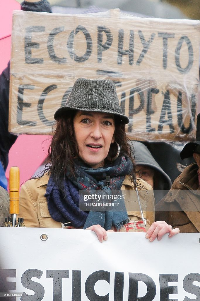 Valerie Murat, daughter of late French wine producer James-Bernard Murat deceased in 2012 after a cancer suspected to be linked to pesticides use, is pictured, on February 14, 2016 in Bordeaux, southwestern France, during a demonstration against pesticides and GMOs (genetically modified organisms). / AFP / Thibaud MORITZ