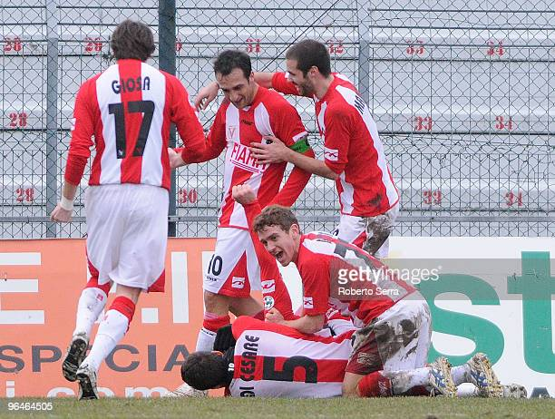 Valerio Di Cesare of Vicenza celebrates after scoring the opening goal during the Serie B match between Vicenza and Reggina at Stadio Romeo Menti on...