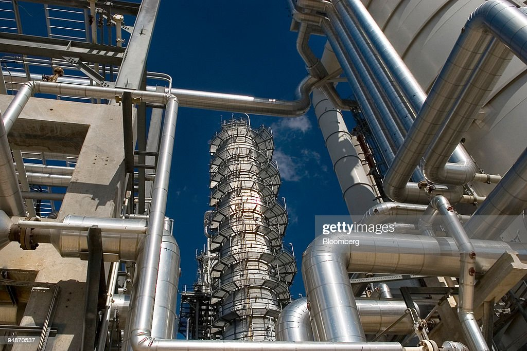 Valero Energy Corporation's gasoline desulfurization unit is seen at its West Plant in the Corpus Christi, Texas refinery, January 29, 2006. The desulfurization unit cost $115 million to build and started operating in March 2005. Valero's Corpus Christi West refinery was completed in 1983.