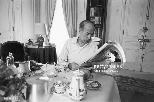 Valery Giscard D'Estaing At The Elysee Le président Valéry GISCARD D'ESTAING lit la presse en prenant son petit déjeuner dans la salle à manger de...