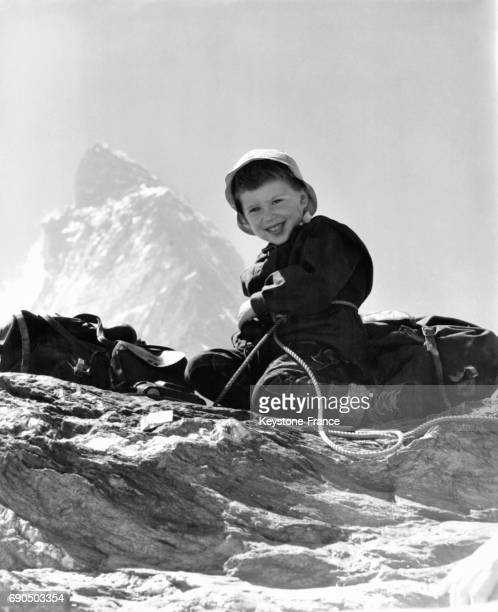 Valérie Potter âgée de 4 ans photographiée tout sourire en haut de la montagne qu'elle a escaladé avec ses parents à Matterhorn Nevada EtatsUnis le...