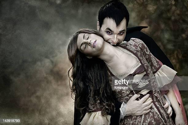 Vampiro Chupar sangue de mulher do Pescoço