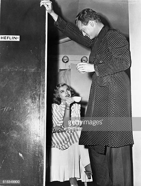 Van Heflin enjoys some coffee and the company of Lizabeth Scott during lull in production on Hollywood set